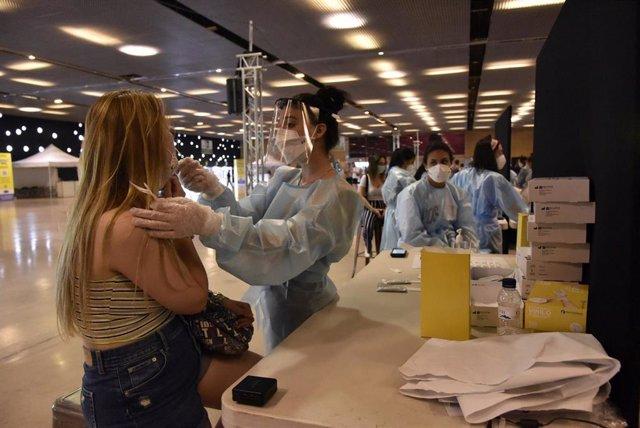 Una mujer se realiza un test de antígenos para acceder al primer día del festival Cruïlla, a 8 de julio de 2021, en Barcelona, Cataluña, (España).