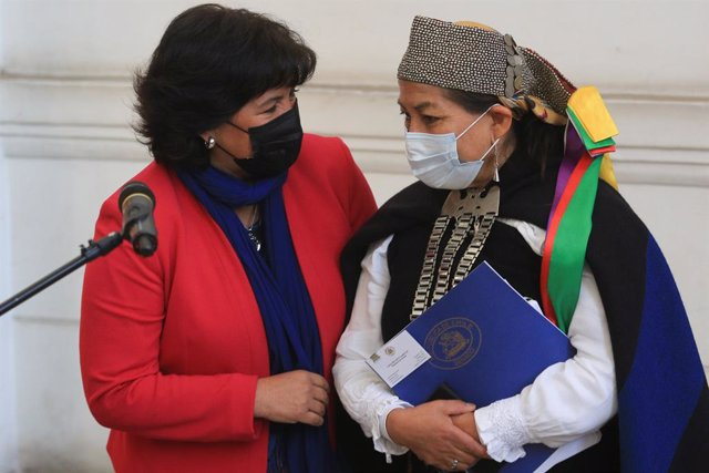 07 July 2021, Chile, Santiago: President of the Chilean Senate Yasna Provoste (L) speaks with Elisa Loncon, indigenous woman from the Mapuche people who was elected president of the Constituent Assembly, after a meeting of delegates at the former Senate h