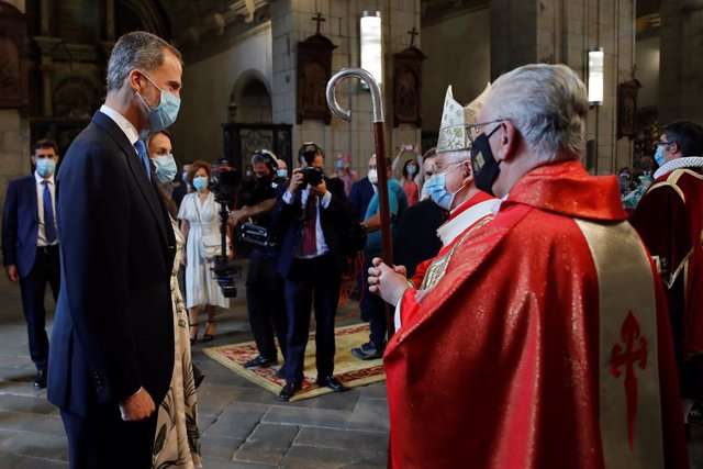 Archivo - El arzobispo compostelano Julián Barrio recibe a los reyes don Felipe y doña Letizia antes de la misa y la ofrenda al Apostol Santiago en la iglesia de San Martiño Pinario, en Santiago de Compostela (Galicia) a 25 de julio de 2020.