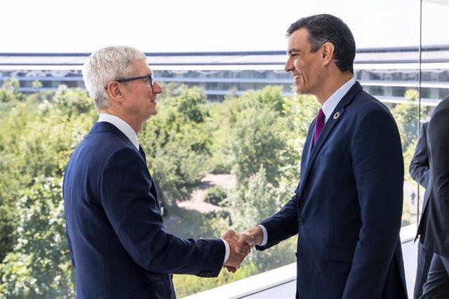 El presidente del Gobierno, Pedro Sánchez, se reune con el CEO de Apple Tim Cook, en Cupertino  (Photo by Brooks Kraft/Apple Inc.)