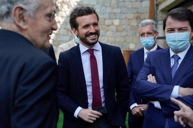 El presidente del PP,  Pablo Casado, junto al presidente de Castilla y León, Alfonso Fernández Mañueco, y el exministro Rafael Arias Salgado. En Ávila, 19 e julio de 2021.