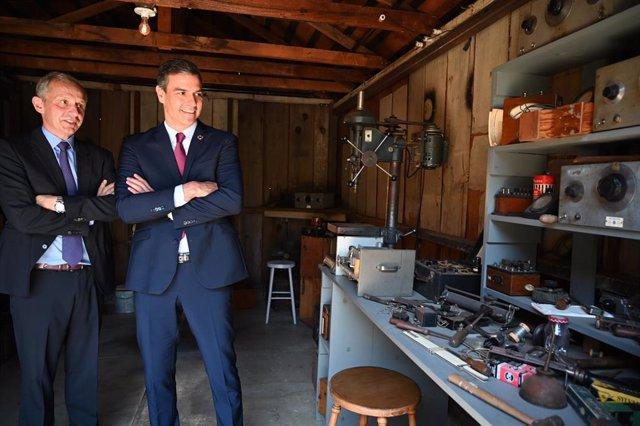 El presidente del Gobierno, Pedro Sánchez, en el garaje en el que se creó HP en Silicon Valley, con el CEO de la compañía, Enrique Lores