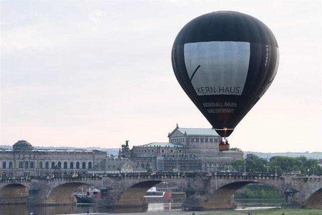 Archivo - Un globo aerostático sobrevuela el casco antiguo de Dresde.