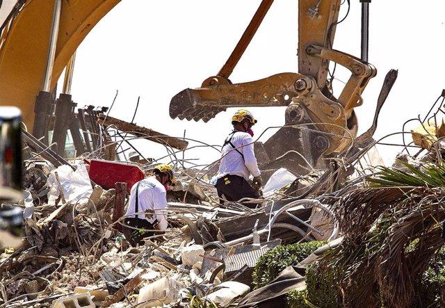 Trabajos de desescombro en el edificio derrumbado en Surfside, Miami-Dade, Florida, Estados Unidos
