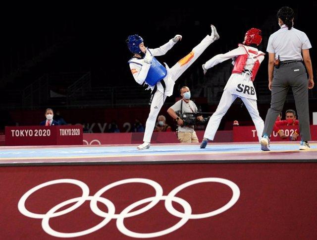 Adriana Cerezo lanza una patada en su primer combate en los Juegos de Tokio