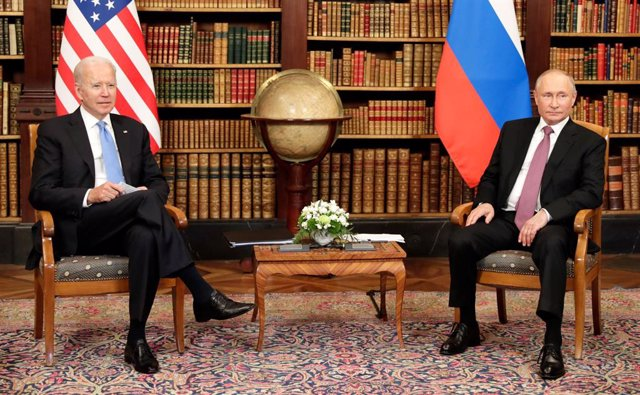Archivo - HANDOUT - 16 June 2021, Switzerland, Geneva: Russian President Vladimir Putin (R) attends a meeting with USPresident Joe Biden, USSecretary of State Antony Blinken (not pictured) and Russian Foreign Minister Sergey Lavrov (not pictured). Photo