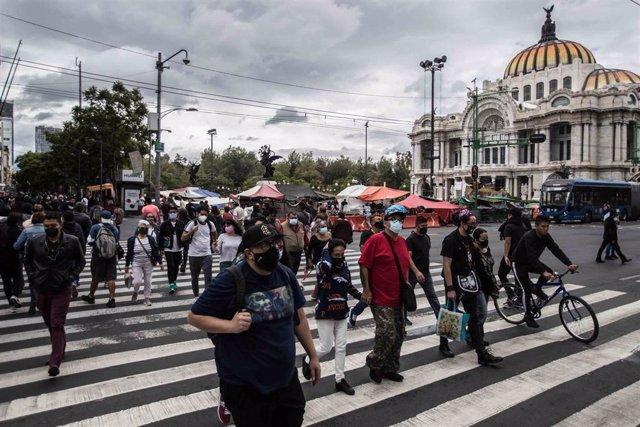 Archivo - Ciudadanos pasean por las calles de Ciudad de México con mascarillas