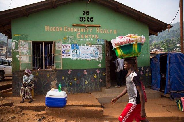Archivo - Una mujer pasea por las calles de Sierra Leona