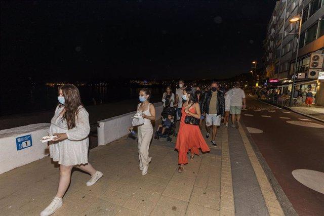 Persoas pasean en Sanxenxo, a 16 de xullo de 2021, en Pontevedra, Galicia (España).  Este sábado Sanxenxo entra en situación de nivel de alerta medio. Con todo, este municipio forma parte dun grupo de tres localidades (xunto a Poio e Ribadavia) que