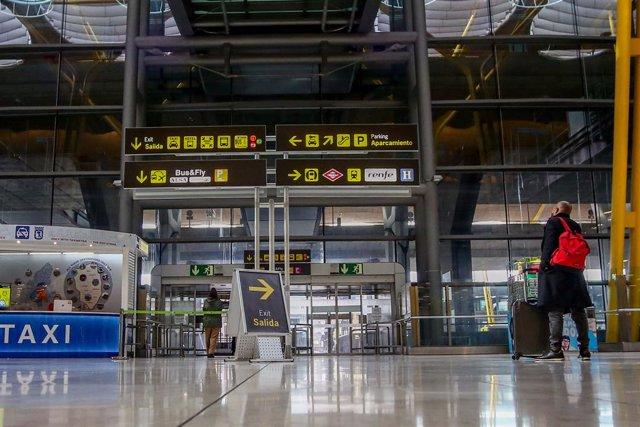 Archivo - Un pasajero camina por las instalaciones de la T4 del Aeropuerto Adolfo Suárez Madrid-Barajas, en Madrid, (España), a 12 de noviembre de 2020. En plena segunda ola de la pandemia del Covid-19, desde este jueves tal y como recoge el Boletín Ofici