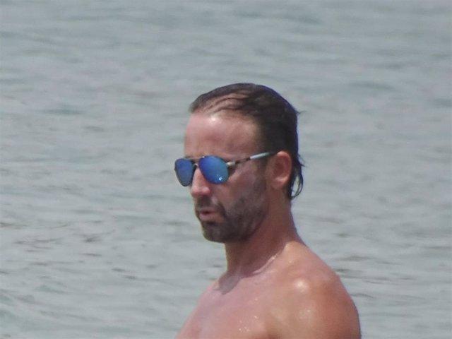 Álvaro Muñoz Escassi disfrutando de unos días de descanso en Ibiza sin María José Suárez.