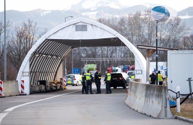 Archivo - 28 March 2021, Bavaria, Kiefersfelden: Federal police officers check travellers entering Germany from Austria on the 93 motorway at the Kiefersfelden border crossing. The Czech Republic and Tyrol in Austria are no longer considered virus variant
