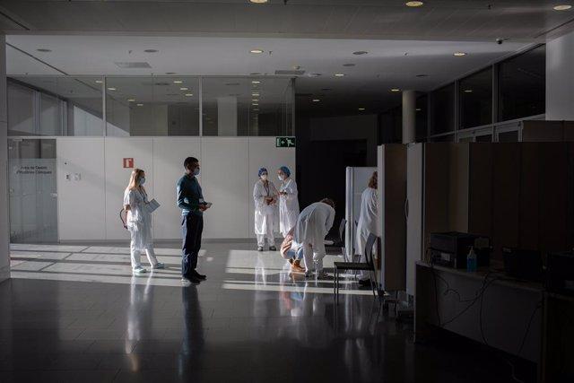 Archivo - Arxivo - Diverses infermeres bovina a un professional sanitari amb la vacuna de Pfizer-BioNtech contra el COVID-19 a l'Hospital de la Santa Creu i Sant Pau de Barcelona.