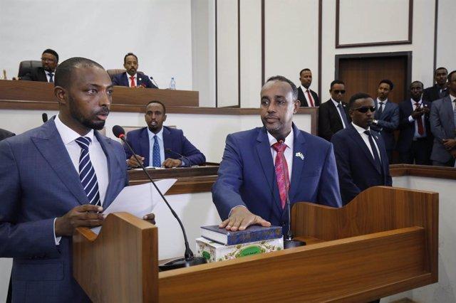 Archivo - Mohamed Husein Roble  jura como nuevo primer ministro de Somalia