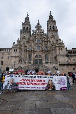 Vítimas e familiares do accidente ferroviario de Angrois (Santiago), maniféstanse para reclamar unha investigación independente sobre as causas do sinistro ferroviario.
