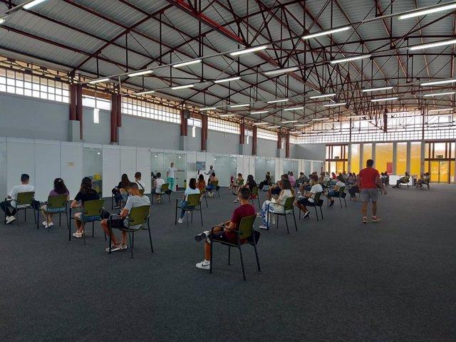 Archivo - Jóvenes de entre 20 y 29 años esperan para ser vacunados contra la COVID-19 en Infecar