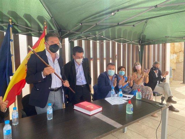 El nuevo alcalde de Alcudia con el bastón de mando