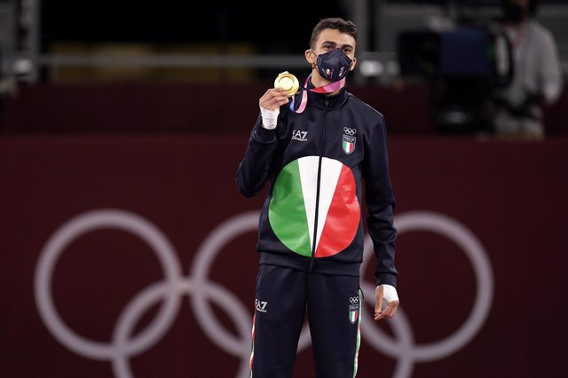 24 July 2021, Japan, Chiba: Italy's gold medallist Vito Dell'Aquila celebrates on the podium during the medal ceremony of the Men's 58kg category of the Taekwondo events during the Tokyo 2020 Olympic Games. Photo: Danny Lawson/PA Wire/dpa