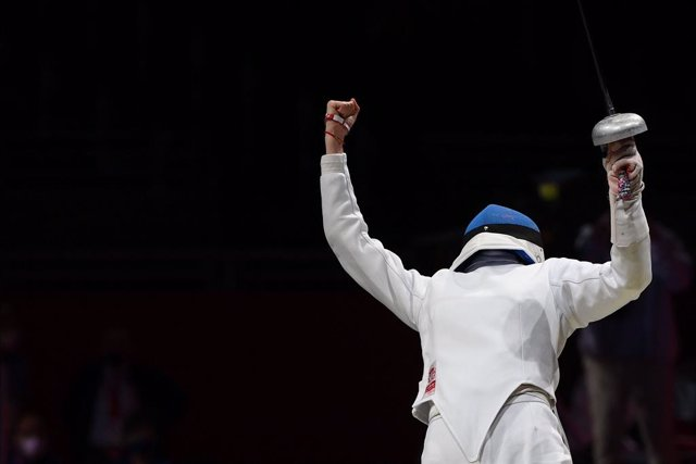 24 July 2021, Japan, Chiba: China's Sun Yiwen celebrates after winning the women's Epee individual quarter-final bout against Italy's Federica Isola (L) during the Fencing events of the Tokyo 2020 Olympic Games. Photo: Alfredo Falcone/LaPresse via ZUMA Pr