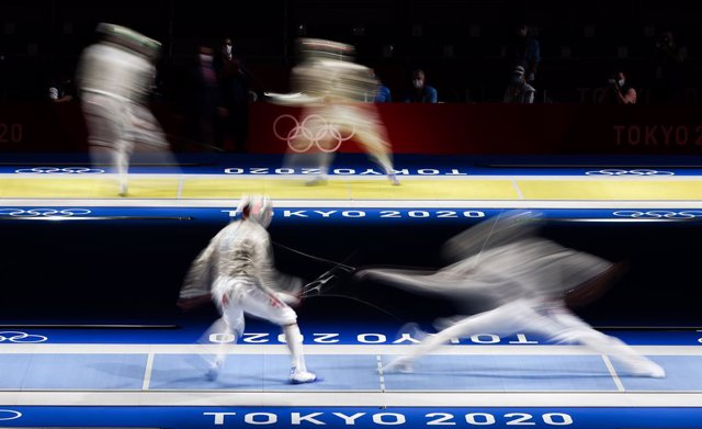 24 July 2021, Japan, Tokyo: On the front lane South Korean Sanguk Oh (R) in action against Georgia's Sandro Bazadze, while on the behind lane Iran's Ali Iri Pakdaman (L) in action against Hungary's Aron Szilagyi during the men's fencing quarterfinals at M