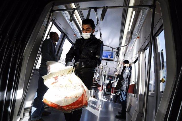 Archivo - Un hombre con guantes y mascarilla en Estambul , Turquía, durante la pandemia de coronavirus