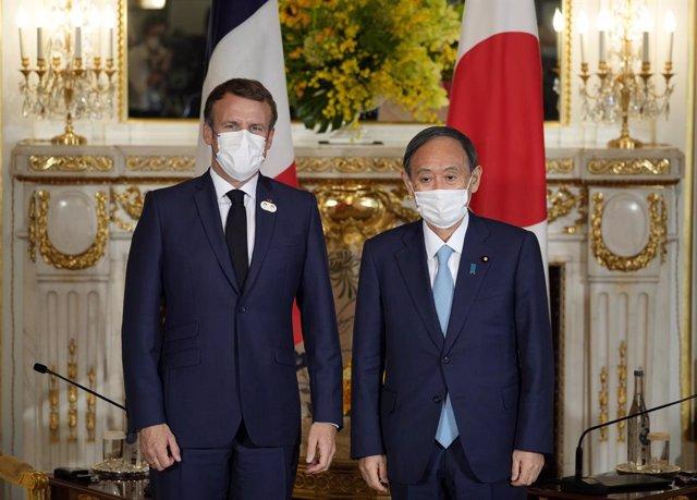 Yoshihide Suga y Emmanuel Macron en Tokio.