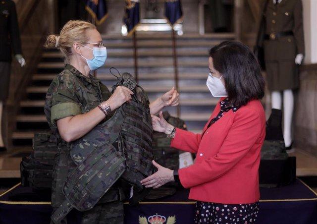 La ministra de Defensa, Margarita Robles en la presentación del nuevo chaleco antifragmentos adaptado a la morfología femenina