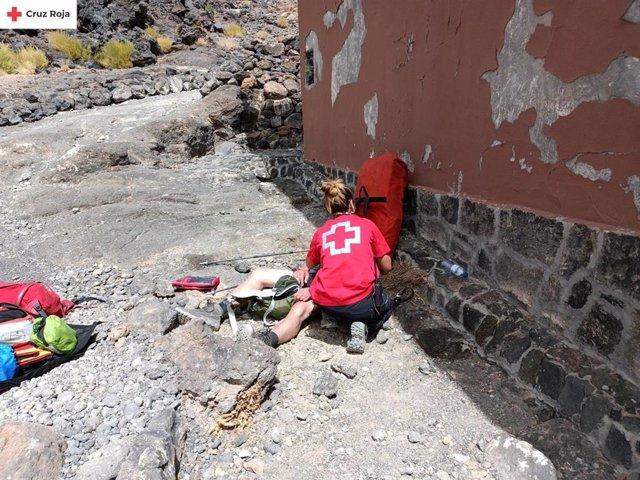 Miembros del ERIE de Cruz Roja asisten al senderista herido en el Refugio de Altavista