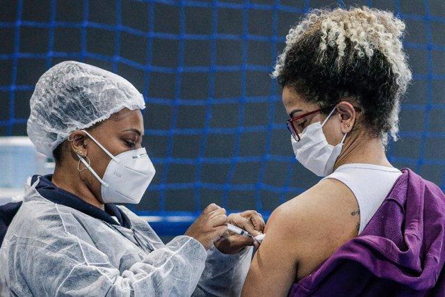 Una dona rep una dosi de la vacuna contra el coronvirus en Guarulhos, en Sao Paulo (el Brasil).