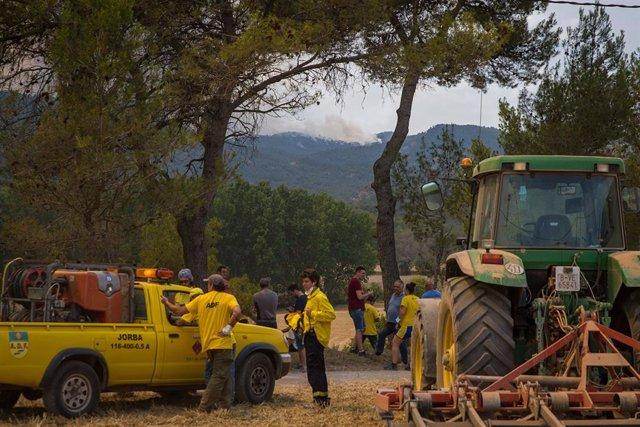 Membres de l'Agrupació de Defensa Forestal, treballen enfront de l'incendi localitzat a Santa Coloma de Queralt, a 25 de juliol de 2021, a Santa Coloma de Queralt, Tarragona, Catalunya (Espanya).