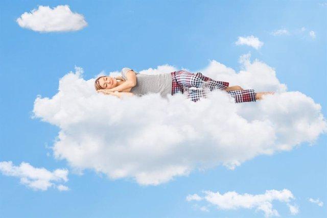 Archivo - Mujer durmiendo en una nube.