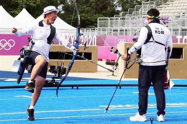 El arquero surcoreano Kim Je-deok celebra la victoria ante Japón en el tiro con arco por equipos de los Juegos Olímpicos de Tokio