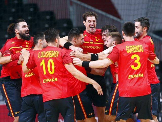 La selección española de balonmano celebra el triunfo sobre Noruega (28-27) en la segunda jornada del Grupo A en los Juegos Olímpicos de Tokyo 2020