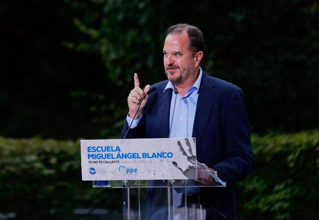 El presidente del PP vasco, Carlos Iturgaiz, durante la clausura de la Escuela de Verano Miguel Ángel Blanco