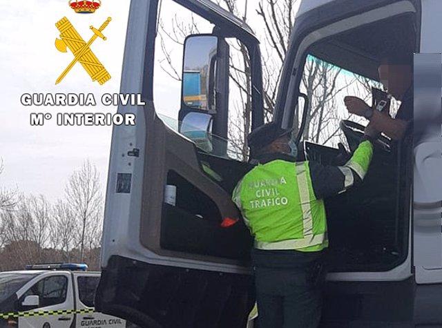 Archivo - Un agente de la Guardia Civil realiza la prueba de alcoholemia al conductor de un camión en una imagen de archivo.