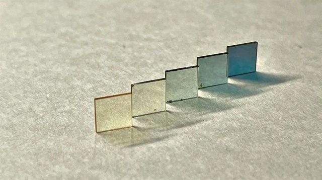 Una colección de películas metálicas de estroncio y óxido de vanadio (SrVO3) de espesor creciente
