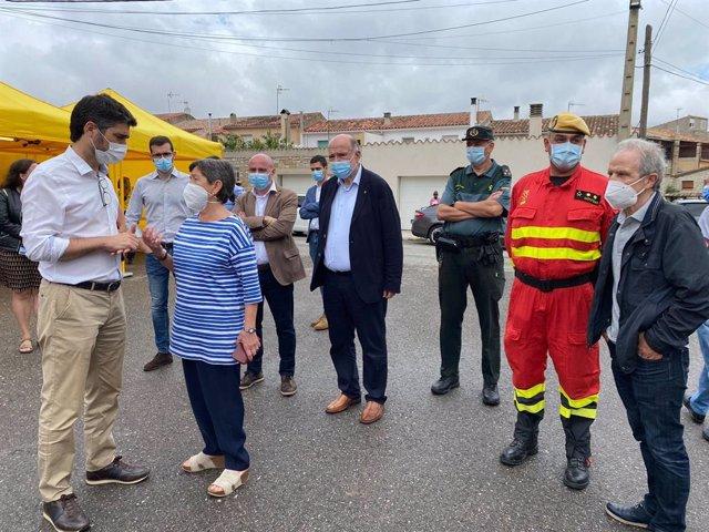 La delegada del Govern central a Catalunya, Teresa Cunillera, amb el vicepresident del Govern, Jordi Puigneró, al centre de comandament de l'incendi de Santa Maria de Queralt (Tarragona)