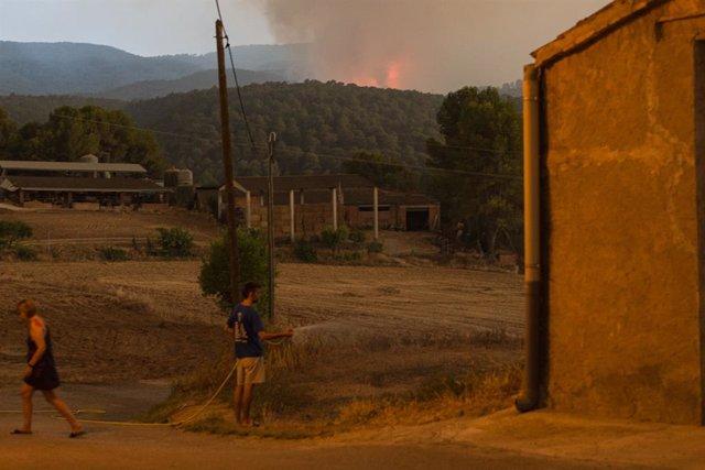 L'incendi vist des d'un dels municipis confinats a causa del foc de Santa Coloma de Queralt (Tarragona), a 25 de juliol de 2021, a Sant Martí de Tous, Barcelona, Catalunya (Espanya)