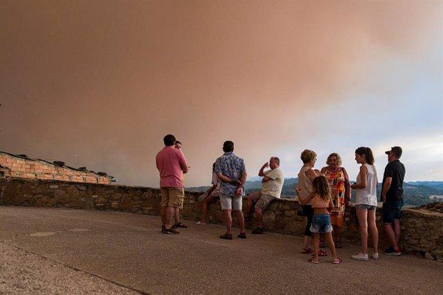 Veïns amb fum de l'incendi al fons, a 25 de juliol de 2021, a Sant Martí de Tous, Barcelona, Catalunya (Espanya)
