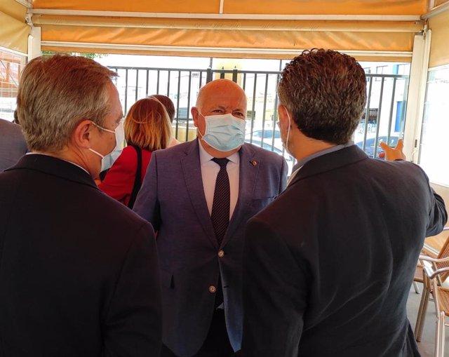 Archivo - El consejero de Salud y Familias de la Junta de Andalucía, Jesús Aguirre, en una visita a Córdoba.