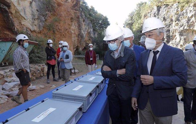 El consejero de Cultura y Turismo, Javier Ortega, (i) junto al delegado territorial de la Junta, Roberto Saiz, (d) en la presentación de los resultados de la campaña de excavaciones de Atapuerca.