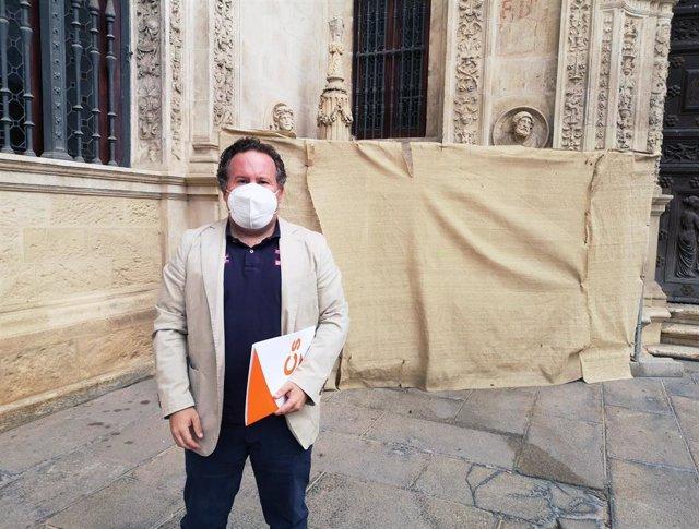 El concejal de Ciudadanos en el Ayuntamiento de Sevilla Lorenzo López Aparicio, junto al espacio donde se ubica la Cruz de la Inquisición