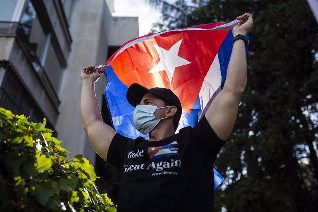 Un hombre con una bandera de Cuba durante las protestas contra el Gobierno.