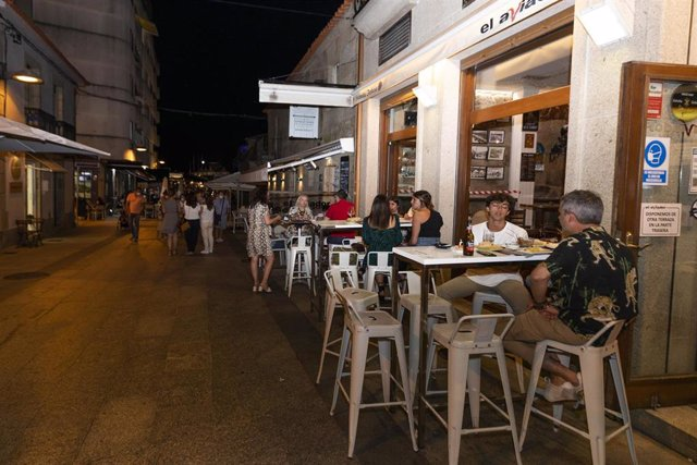 Personas consumen en las terrazas de establecimientos de Sanxenxo, a 16 de julio de 2021, en Pontevedra, Galicia (España).  Este sábado Sanxenxo entra en situación de nivel de alerta medio. Sin embargo, este municipio forma parte de un grupo de tres local