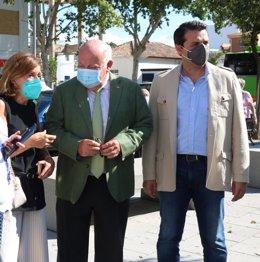 Jesús Aguirre (centro), entre la delegada de Salud en Córdoba y el alcalde de la ciudad.