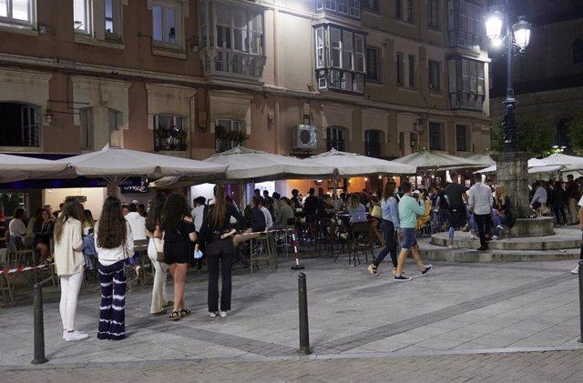 Ambiente en una calle de bares de Santander. Foto de archivo