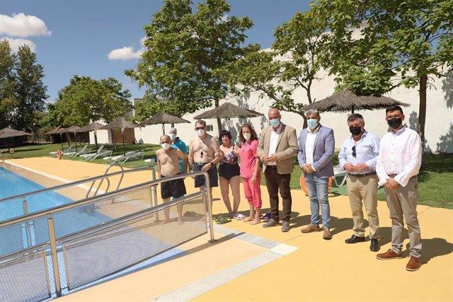 El presidente de la Diputación de Córdoba, Antonio Ruiz (centro), visita la piscina municipal de Villaralto.