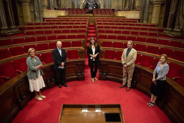 Els expresidents del Parlament Núria de Gispert, Joan Rigol, Ernest Benach i Carme Forcadell amb la presidenta, Laura Borràs, a l'hemicicle abans de reunir-se al Parlament