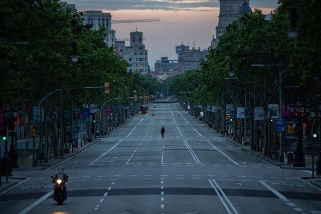 Archivo - Arxiu - Una persona camina pel Passeig de Gràcia de Barcelona durant l'estat d'alarma