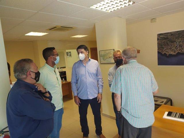 El diputado nacional del PP por Granada Carlos Rojas ha mantenido un encuentro con la Comunidad General de Regantes del Bajo Guadalfeo.